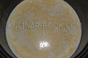 Кукурузная крупа, молоко, соль и сахар в чаше мультиварки
