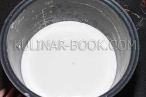 Добавляем молока в чашу мультиварки