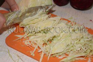 Шинкуем капусту на доске для борща