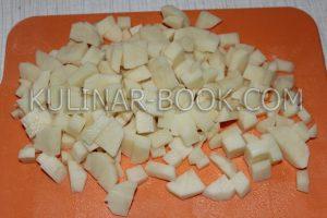 Картофель нарезан кубиками