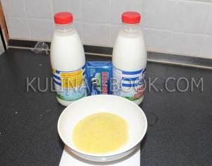 Ингредиенты для кукурузной каши в мультиварке - кукурузная крупа, молоко, сливочное масло