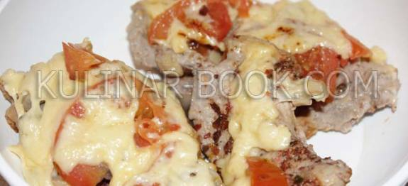 Свинина под сыром в мультиварке с помидорами и грибами