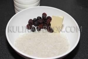 Рис, изюм, молоко, сливочное масло для рисовой молочной каши в мультиварке