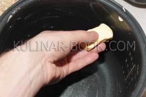 Смазываем чашу мультиварки сливочным маслом