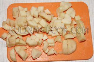 Картофель нарезан кубиками по 1,5 см