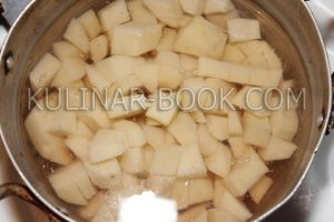 Картофель залит водой