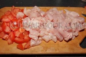 Куриные грудки и помидоры нарезаны кубиками