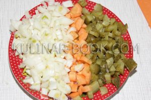 Лук морковь и огурцы нарезаны кубиками