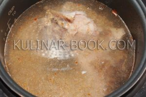 Добавляем в чашу воду, мясо, перловую крупу и соль