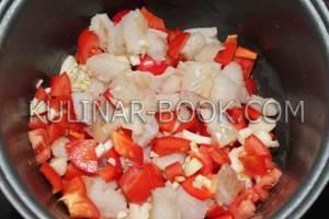 Ингредиенты в чаше мультиварке: помидоры, минтай, чеснок, лук, перец