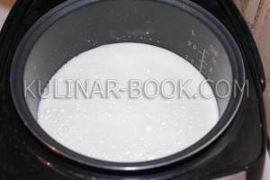 Переливаем молоко в чашу мультиварки