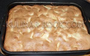 Готовый пирог шарлотка с яблоками в духовке