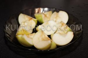 Мытые яблоки с вырезанной сердцевиной