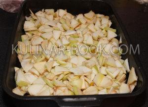 Мелко нарезанные яблоки для приготовления шарлотки