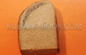 В хлебе вырезана небольшая воронка под яйцо