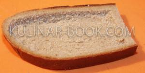 Хлеб с вырезанной выемкой под яйцо