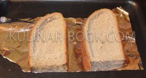 На противень постелена фольга и на нее выложен хлеб