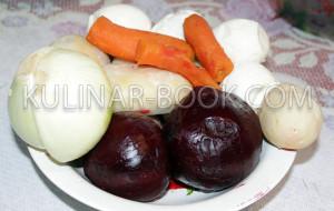 Картофель, свекла, яйца и морковь в тарелке