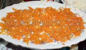 Слой моркови натертой на средней терке