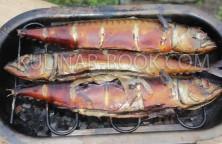 Приготовленная горбуша горячего копчения в коптильне