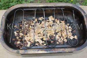 Коптильня с ольховыми опилками и установленной решеткой