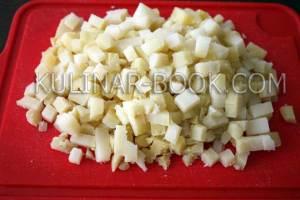 Картофель нарезан кубиками для салата оливье