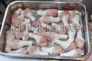 Куриные голени выкладываем на противень