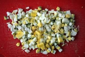 Куриные яйца нарезаны кубиками для салата оливье