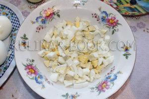 Яйца нарезаны кубиками для салата с кальмарами