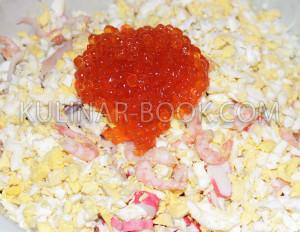 Красная икра, яйцо, кальмары креветки и крабовые палочки.