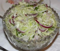 Постный салат с пекинской капустой, луком и огурцом
