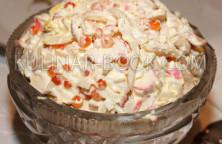 Салат с кальмарами, креветками, красной икрой и крабовыми палочками