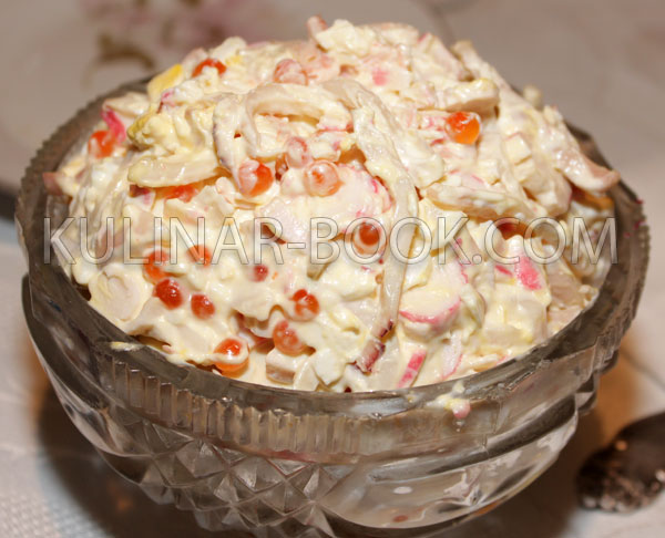 салат с крабовыми палочками кальмарами и яйцом