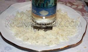 Картофель натертый на крупной терке и выложен на блюдо, для приготовления гранатового браслета