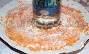 Слой моркови смазанный майонезом на блюде