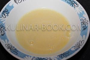 Взбитые яйца в тарелке