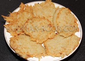 Картофельные драники лежат на тарелке