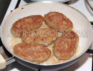 Котлеты из говядины на сковороде, обжариваются со второй стороны