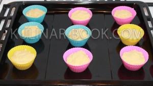 Тесто разложено в силиконовые формочки, рецепт приготовления кексов