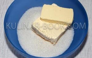 Сахар и маргарин лежат в тарелке