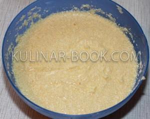 Смешанные яйца, маргарин и сахар для приготовления кексов