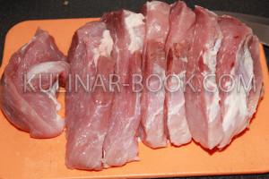 Свинина нарезана на стейки толщиной 1 см