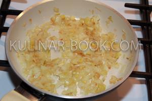 Лук обжаренный до золотистой корочки на сковороде