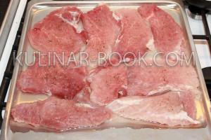 Свиное мясо выложено на противень с водой