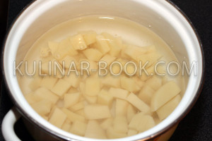 Картофель нарезан кубиками и залит водой